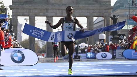 Bekele ylitti maalilinjan Berliinin maratonin voittajana. Alla oli Niken kiistanalaiset kengät.