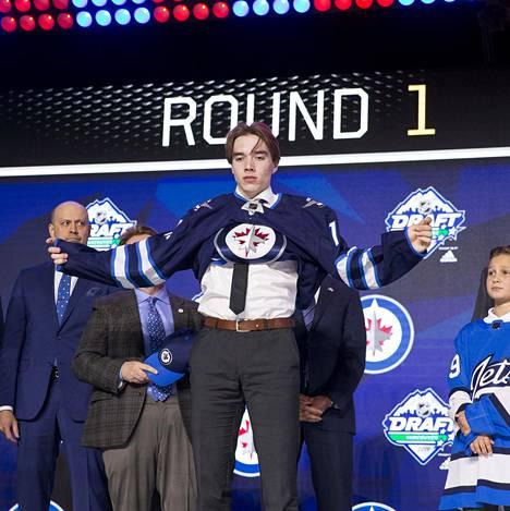 Winnipeg Jets varasi ykköskierroksella Ville Heinolan.