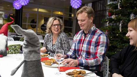 Heli Nieminen, Jarno Järvinen ja Suvi Kiukas testasivat kasvisvaihtoehtoja joulukinkulle.
