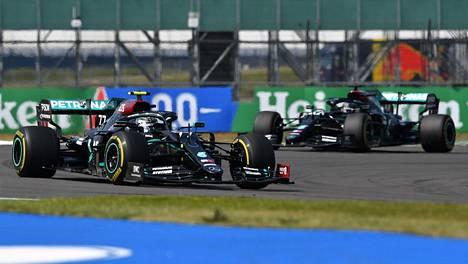 Mercedeksen kuskien järjestys vaihtui kisan loppuhetkillä. Tässä vielä Valtteri Bottas edellä ja Lewis Hamilton perässä.