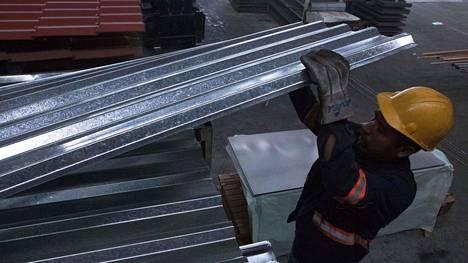 Metallituotetehtaan työntekijä työssään Monterreyssa Meksikossa 31. toukokuuta.