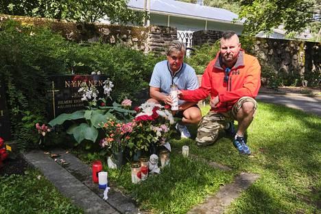 Ystävät Ari Saarinen (vas.) ja Aleksi Hirvonen kävivät muistamassa puolitoista vuotta sitten menehtynyttä Matti Nykästä tämän syntymäpäivänä.