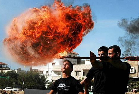 Hamasin turvallisuusupseeri puhaltaa tulta valmistumisseremoniassa Al-Sarayan päämajassa Gaza Cityssä.