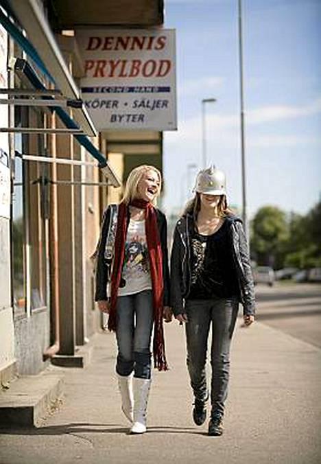 Jennan äkkiä kehittyvä ystävyys koulun kaunottarena pidetyn blondin (Mika Berdtsdotter Ahlén) kanssa herättää huomiota.
