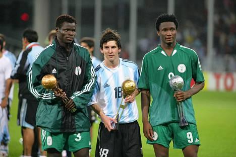 Lionel Messi valittiin nuorten MM-kisojen parhaaksi pelaajaksi. Nigerian Taye Taiwo (vas.) ja John Obi Mikel (oik.) veivät seuraavat sijat.