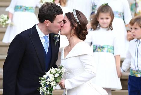 Pusu, rakas! Prinsessa Eugenie ja Jack Brooksbank suutelivat kaksi kertaa Pyhän Yrjön kappelin portailla.