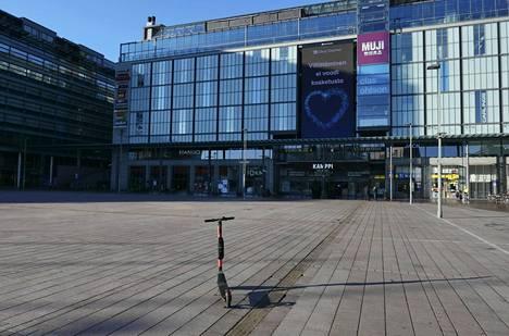 Sähköpotkulauta seisoo melkein autiolla Narinkkatorilla. Säästöpankkiryhmän Mikkonen muistuttaa, että hyvää ei seuraa siitäkään, jos kaikki yhtäkkiä sulkevat kukkaroidensa nyörit.