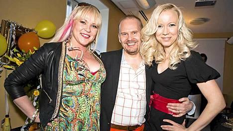 Stylisti Lalli Savolainen vappukaunotarten Miss XL 2011 Johanna Salmisen (vas.) ja muusikko Johanna Koivun kainalossa.