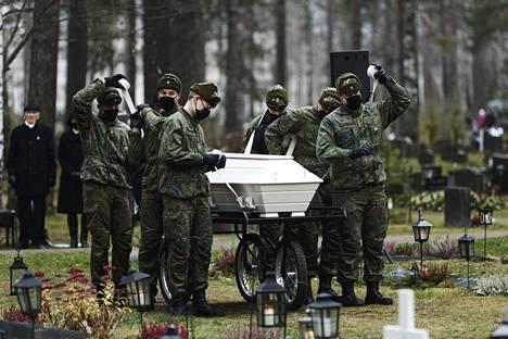 Arkkua kantoivat Reserviupseerikoulun varusmiehet.