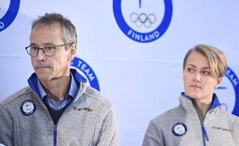 Naisten A-maajoukkueen päävalmentaja Pasi Mustonen ja hyökkääjä Venla Hovi olympiajoukkueiden julkistamistilaisuudessa tammikuussa.