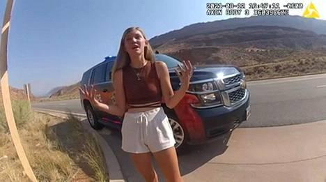 Utahin Moabin poliisi kohtasi pariskunnan, kun poliisi oli saanut ilmoituksen Petiton ja Laundrien välisestä yhteenotosta. Kuva poliisin vartalokamerasta.