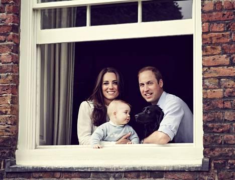 Prinssi George syntyi herttuatar Catherinelle ja prinssi Williamille vuonna 2013.