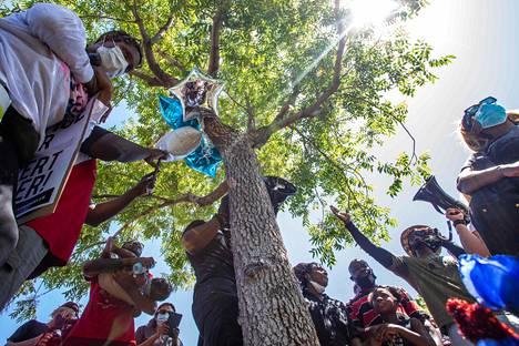 Mielenosoittajat kokoontuivat lauantaina puistossa kaupungintalon lähellä sijaitsevalle puulle, josta Fuller oli löydetty roikkumasta edellisellä viikolla.