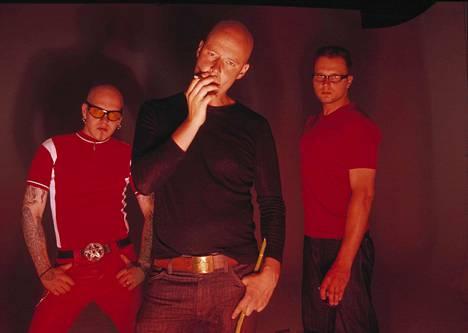 Kotiteollisuus levy-yhtiön kuvissa 2001. Keskellä kaljupäinen Jouni Hynynen.