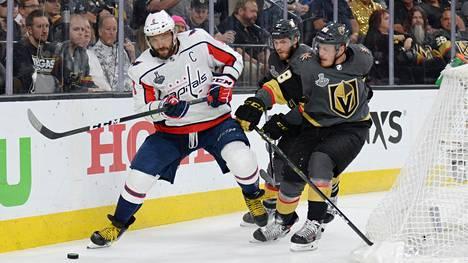 Washington Capitalsin Alex Ovetshkin kamppaili kiekosta Vegas Golden Knightsin Nate Schmidtiä vastaan toisen finaaliottelun päätöserässä.