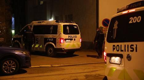 Poliisitoimintaa Helsingin Meilahdessa lauantai-iltana.