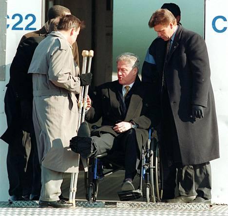 Kun presidentti Clinton saapui Helsinkiin, apuna oli kainalosauvat.