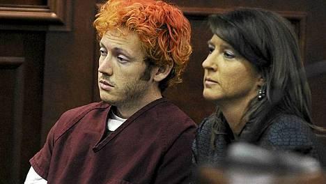 James Holmes oikeudessa puolustusasianajajansaTamara Bradyn kanssa heinäkuussa.