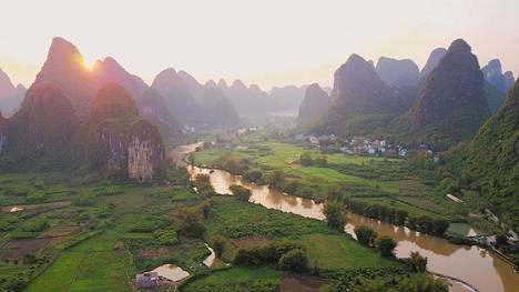 Yangshuon kaupungin ympäristössä, Li-joen ja sen sivuhaaran halkomalla maaseudulla on rauhallisia kyliä ja perinteikäs tunnelma.