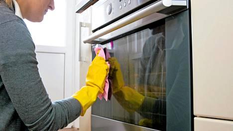 Uunin lasin puhdistuksen voi viimeistellä puhdistamalla lasin nihkeällä siivousliinalla.