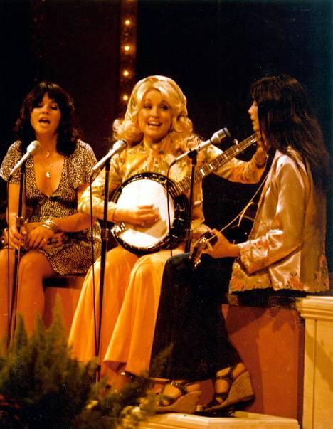 Dolly Parton (kesk) esiintyy yhdessä Linda Ronstadtin ja Emmylou Harrisin kanssa triona.