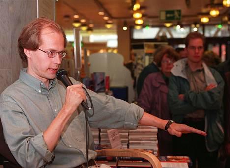 Ilkka Remes kirjoitti ensimmäisen kirjansa vuonna 1997. Kuva vuodelta 1998.