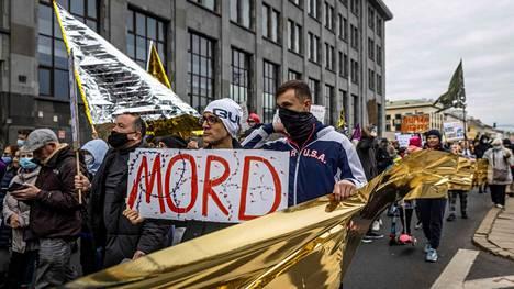 Ihmiset osoittivat mieltään siirtolaisten oikeuksien puolesta Puolassa.