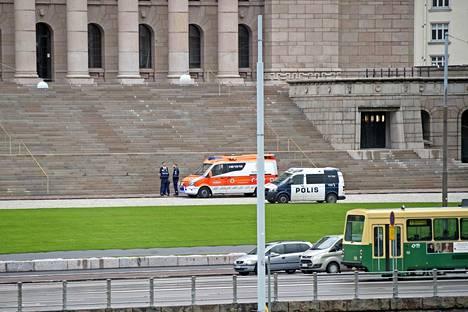 Venäläismiehet puukottivat itseään eduskuntatalon portailla viime perjantaina.