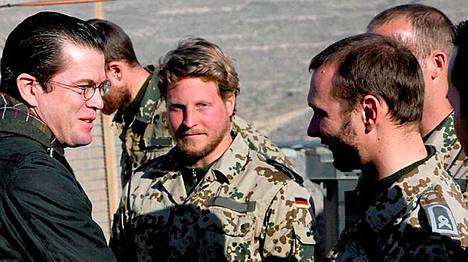 Saksan puolustusministeri Karl-Theodor zu Guttenberg (vas.) vieraili torstaina saksalaisten joukkojen luona Afganistanissa.