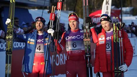 Aleksandr Bolshunov (kesk.) löi norjalaiset näiden kotikentällä.