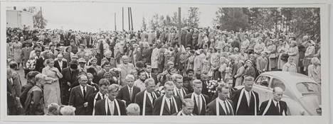 Tuhannet ihmiset tulivat saattamaan Eineä ja Riittaa.