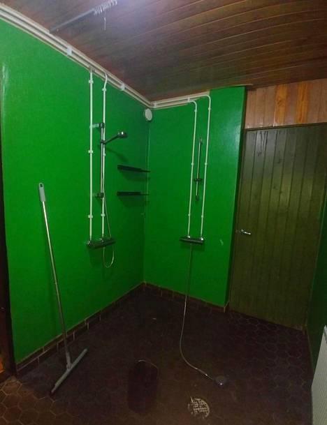 Reetta Närhen kylpyhuoneen pintaremontti epäonnistui. Kylppäri piti maalata kahteen kertaan.