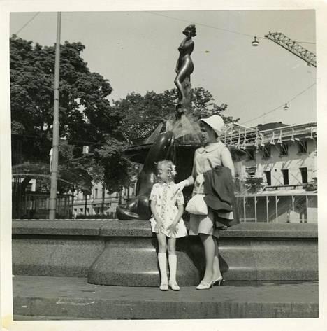 7-vuotias Tuula Haatainen lomaili kesälomalla Helsingissä vanhempiensa kanssa. Kuvassa myös Haataisen äiti.