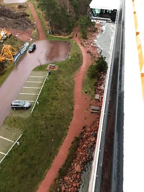 Viking Gracen matka pysähtyi vain parinsadan metrin päähän Maarianhaminan satamasta. Kuvassa vasemmalla näkyy kerrostalon rakentamista varten paikalle tuotu keltainen nostokurjen pohjaosa.