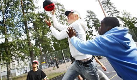 Koulujen pihat eivät monessa kaupungissa tarjoa mahdollisuuksia urheiluun. Kilpisen koulun oppilaat Jyväskylässä pelailevat välitunneilla koripalloa.