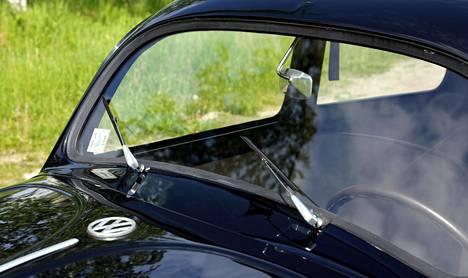 Pysty tuulilasi ja lyhyet pyyhinsulat. VW-logo ei ollut Kuplassa keulamerkkinä.