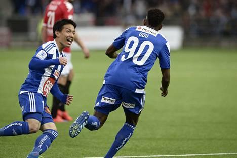Atomu Tanaka riensi onnittelemaan Odua, joka viimeisteli voittomaaliksi jääneen 2–1-osuman 12. peliminuutilla.