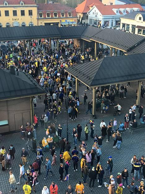 Rauman torille kokoontui paljon ihmisiä.