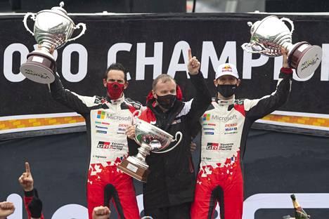 Tommi Mäkinen sai tuulettaa Sebastien Ogierin ja kartanlukija Julien Ingrassian kanssa maailmanmestaruutta joulukuussa 2020.
