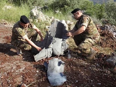 Libanonilaiset sotilaat tutkivat ohjuksen jäänteitä Libanonissa tänään.