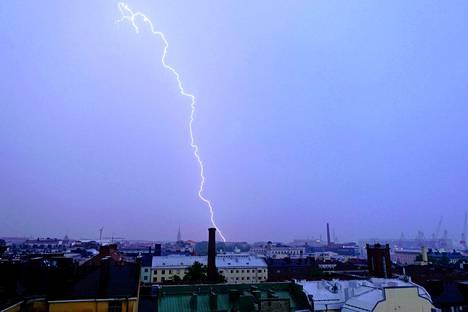 Salama iski Helsingin kantakaupungin alueella. Kuvattu Kampista Kaivopuiston suuntaan kuuden aikaan torstaiaamuna.