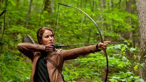 Nälkäpeli-elokuvassa Katniss Everdeen (Jennifer Lawrence) joutuu hirvittävään tosi-tv-kilpailuun, jossa nuoret kisaavat toisiaan vastaan, kunnes vain yksi selviytyy hengissä.
