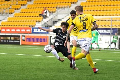 Nuori Maximo Tolonen (musta paita) on SJK:n talven kohuhankinta. Hän on saanut peliaikaa, mutta tehot puuttuvat vielä.