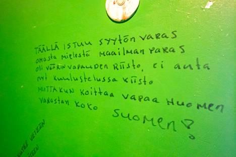 """Graniittilinnassa on toiminut pidätysputka. Seinällä lukee: """"täällä istuu syytön varas""""."""