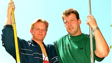 Uwe Hohn (oik.) vanhan kilpakumppaninsa Seppo Rädyn seurassa takavuosina.