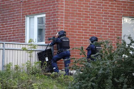 Poliiseja Mäkkylässä maanantai-iltana.