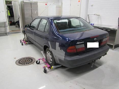Poliisi toivoo silminnäkijähavaintoja kuvan henkilöautosta.