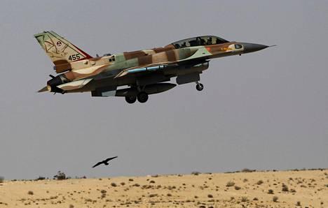 Arkistokuva Israelin F-16-hävittäjästä, joka nousi ilmaan Ramonin lentotukikohdasta vuonna 2013.
