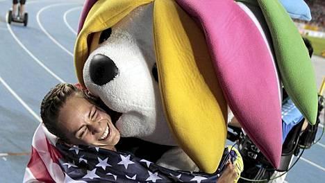Sarbi otti naisten 1500 metrin juoksun voittajan Jennifer Barringer Simpsonin hellään syleilyyn.