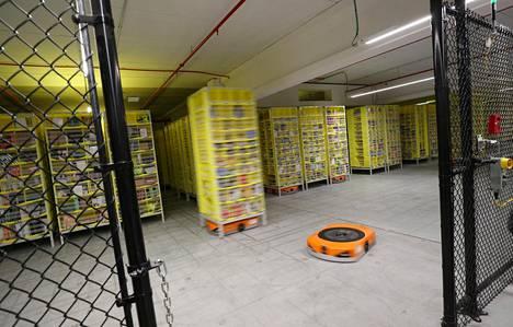 Robotit liikuttavat pakettihyllykköjä Amazonin jakelukeskuksessa Espanjan El Prat de Llobregatissa.